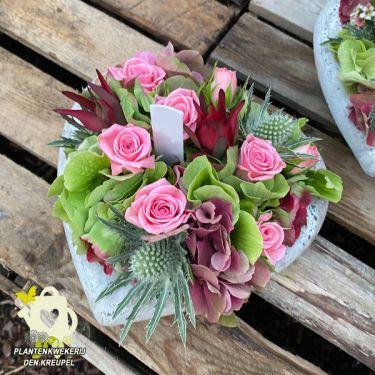 a1-bloemstuk-beton-hartje-roze-rozen