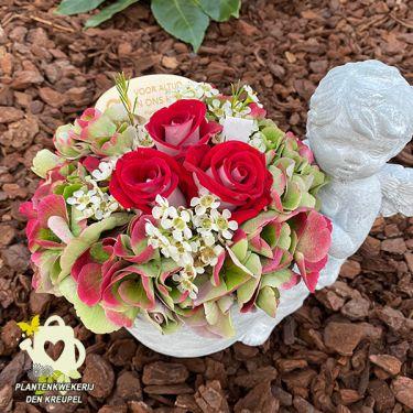 a1-bloemstuk-engelpotje-rode-roosjes