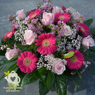 puur-roze-bloemstukje-graf